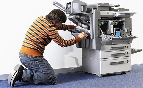 Kevin bourre la photocopieuse
