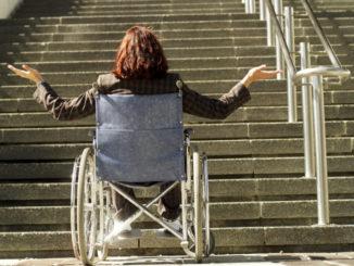 Handicapé devant un escalier